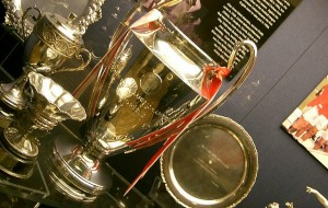 The UEFA Champions League Trophy on Display in the Manchester United Museum, par edwin.11 (Flickr/CC)